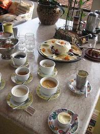 Café da manhã com queijos, pães caseiros e a geléia de laranja da Dona Nadir