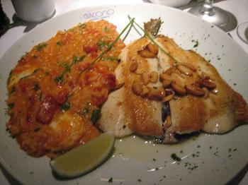 Truta com amêndoas e risoto de rúcula com tomates