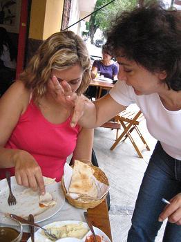 Olinda nos ensina a comer as pastas com pão árabe
