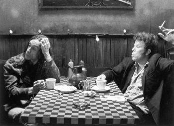"""Tostex já tem lei: cigarros só no andar de baixo. Cena do filme """"Sobre café e cigarros"""" de Jim Jarmusch"""