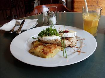 Prato do dia em Praga: batatas gratinadas, filé de frango e mussarela de búlafa com molho de frutas vermelhas.