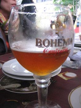 Cerveja frutada para quebrar o petisco 'metal', espantar o frio e o pagode