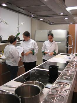 Ivy, a nutricionista, e Marina, a chef (ao fundo) em uma das 3 cozinhas experimentais