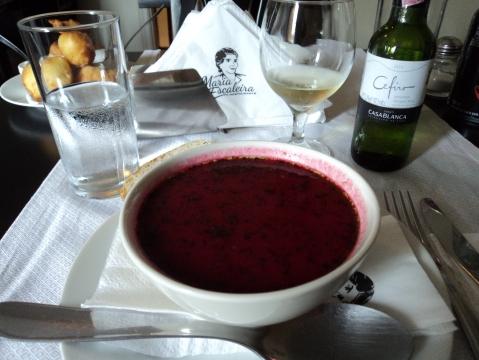 A sopa de beterraba barszcz 'uma das entradas do polonês Mara Escaleira