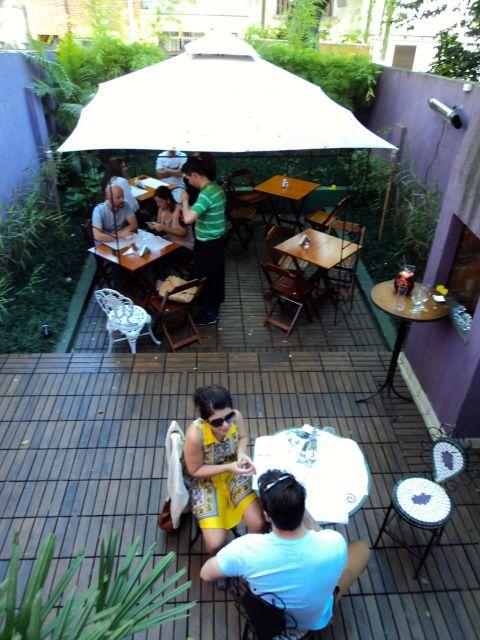 Mesinhas no quintal da vinoteca em Pinheiros