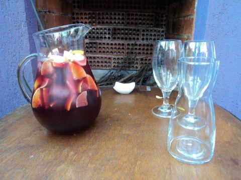 Jarra de sangria da casa (R$ 36). Vinhos em taça custam entre R$ 15 e R$ 18.