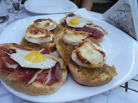 Porção de tosstas do La Madrileña: destaque para a versão com quejo de cabra e cebolas caramelizadas