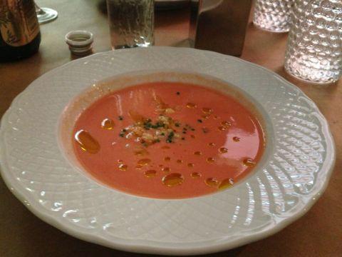 Sopa fria de tomates com farofinha de camarão do A Tasca da Esquina. Só faltou o camarão de verdade mostrado na foto de divulgação.