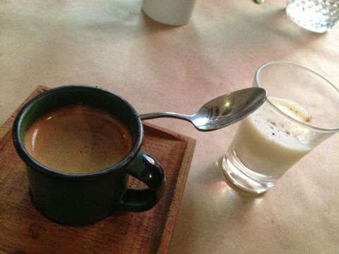 Café expresso com creme de arroz doce do A Tasca da Esquina (R$ 4,60)