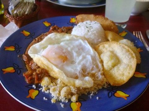 Picadinho completo com ovo frito, farofa, banana, pastéis de queijo, arroz e cumbuquinha de feijão