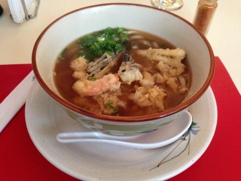 Tempurá Udon do Shigue (R$ 25) com caldo de frango, tempurá de legumes e um camarão