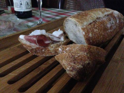 O surpreendente lombo de porco (lonza) é uma das atrações da loja de frios e pães italianos do Friccò