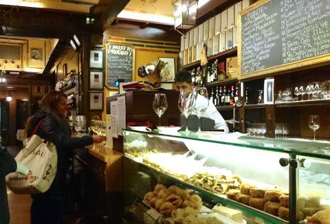 Antica Bottega Del Vino, em um beco de Verona. Taça de vinho local e petisco de codorna por 5 euros.