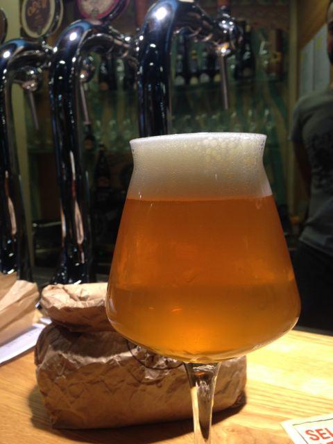 Cerveja de trigo Isaac, da Baladin. Amor ao primeiro gole.