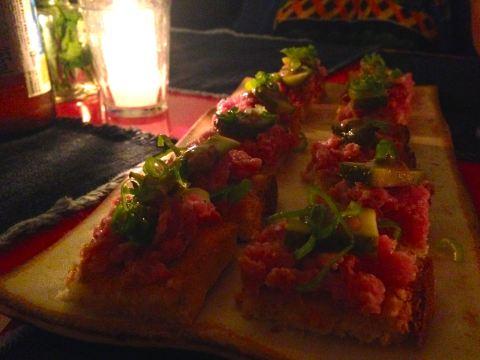 Canapés de linguiça Blumenau com pepino, mostarda escura e cebolinha em pão de milho