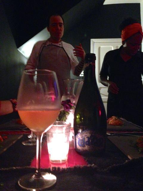 O chef Gustavo explicando a entrada incrível do jantar e a sommelier Larissa que me surpreendeu com a  cerveja italiana Baladin Wayan