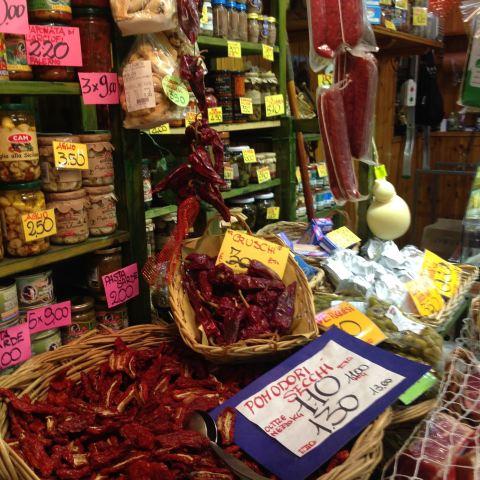 Preciosidades gastronômicas no Mercado delle Erbe, também no centro histórico de Bologna