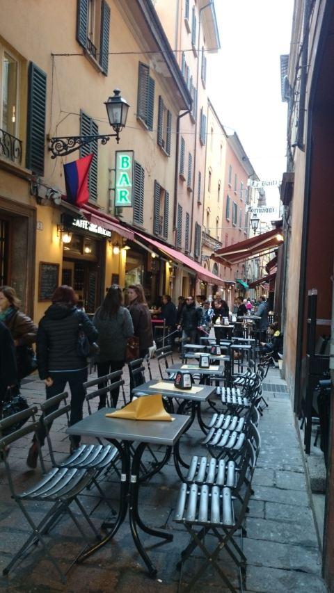 Rua reúne bares de vinho, quitandas e empórios com tudo o que a Emilia Romagna tem a oferecer