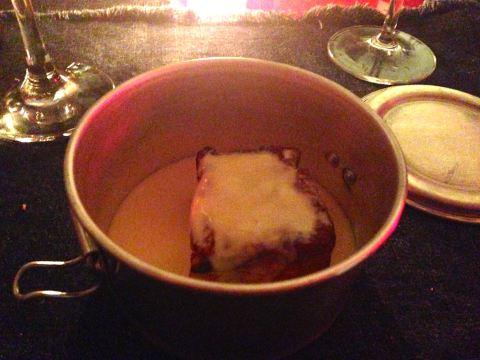 Sobremesa na marmita: Rabanada de brioche com calda de cumaru sobre manteiga de pistache.