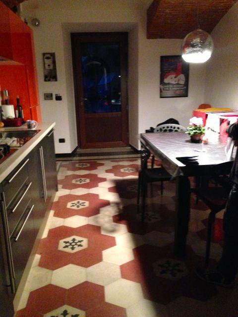 Cozinha dos sonhos em um antigo edifício no bairro de Porta Palazzo, em Torino