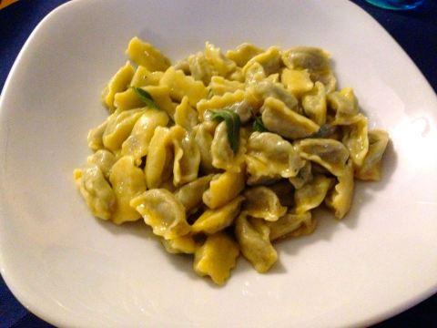 O melhor da viagem: ravioli 'plin' com manteiga e salvia, na Osteria del Chiosco, em Bra
