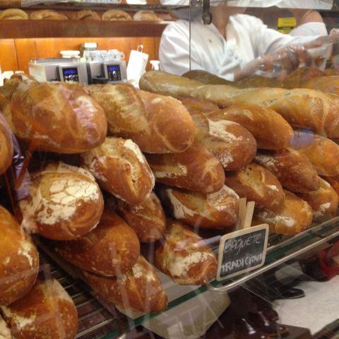 Baguete tradicional (R$ 6 cada) da Shimura Pães e Doces.