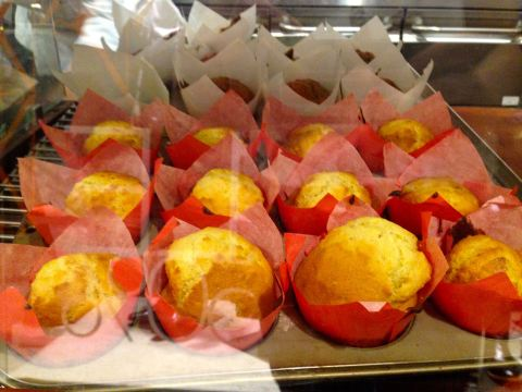 Muffin de limão siciliano (uma delícia com cream cheese). Ao fundo, o bolinho de banana