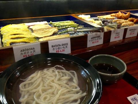 Balcão de tempurás (R$ 4 a R$ 5.50 cada) para acompanhar