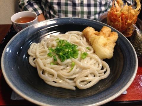 Udon Kama-Taka com ovo cru e cebolinha e o imperdível tempurá de lula