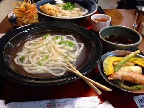 Udon artesanal e tempurás do 'Meu Udon', casa especializada na Liberdade