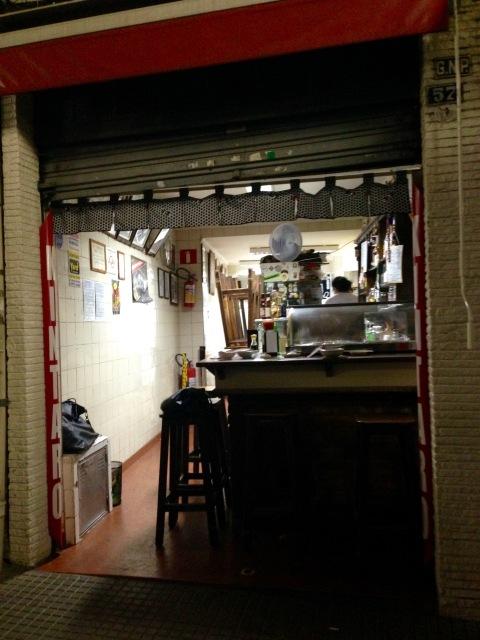 A entrada do izakaya com capacidade para 20 pessoas. No inverno, a casa também serve oden.