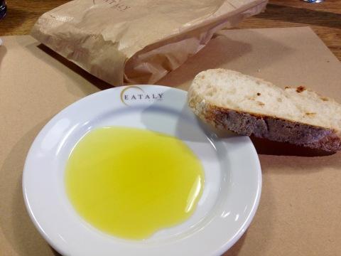 Duas fatias de pão italiano e azeite para esperar o prato veloce, no La Pasta.