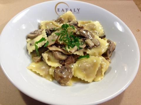 Ravioli de carne o molho de cogumelos na manteiga é uma das opções de almoço rápido do Eataly.