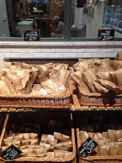 Pão de azeitona crocante e cheiroso para fazer sucesso em casa.