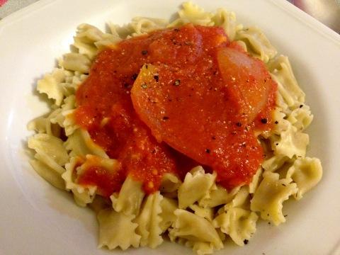 Os pequeninos e deliciosos raviolis 'plin' com ao molho mágico de tomates e cebola.