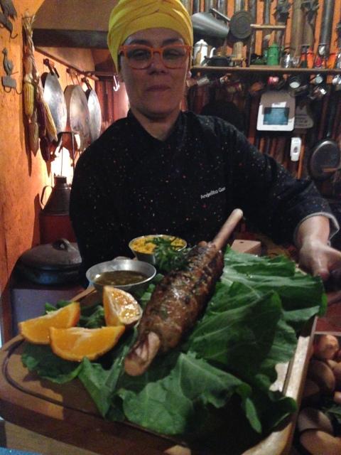 Angelita serve o Rojão, espeto gigante de carne suína feito na roda de arado.