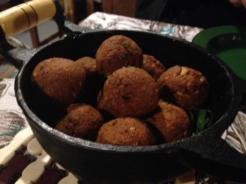 Porção de bolinhos de galinha do Arimbá. Pastel de angu com queijo também é boa pedida