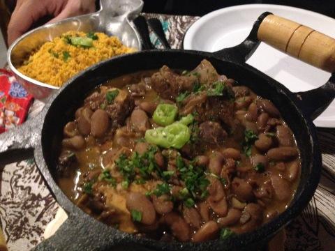 Matuto: ensopado de feijão manteiga com carne de costela e  farofa de milho com toucinho para acompanhar.