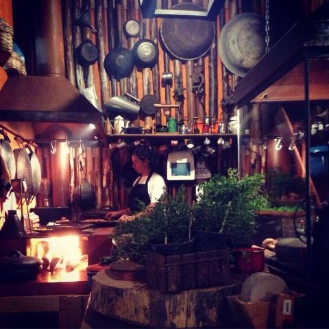 Cozinha aberta do novo Arimbá: culinária caipira de raiz tem pratos feitos na roda de arado.