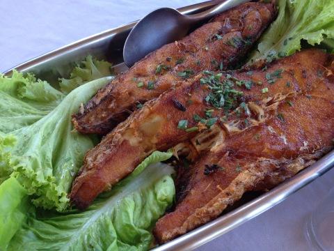 Pescada amarela frita da Casa de Banhos vem bem servida para quatro (R$ 45)