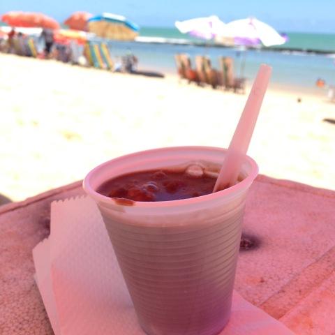 Caldinho do Leandro: caldo de feijão com ovos de codorna e torresmo na praia de Boa Viagem