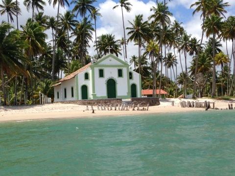 A histórica Capela de São Sebastião é uma das paradas do passeio de lancha ou catamarã, em Carneiros