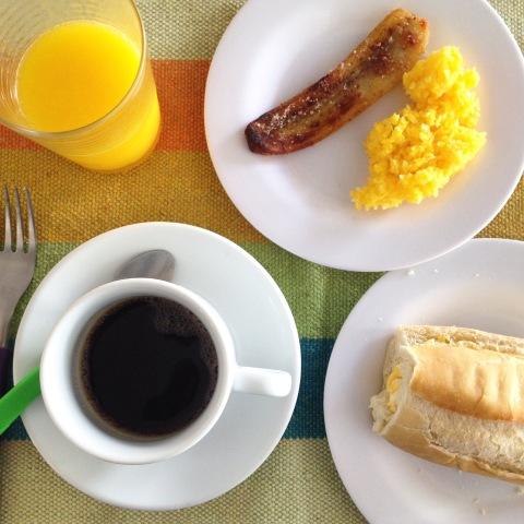 Café da manhã do Frevo Hostel com cuscuz e banana assada com canela