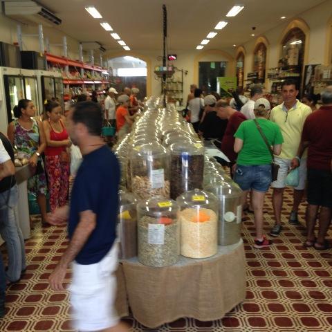 Empório Pura Vida é um bom lugar para comprar castanha de cajú e comer sanduba de falafel feito na hora