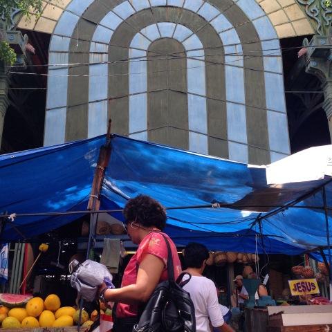 Feira no entorno do mercado São José, no centro da cidade