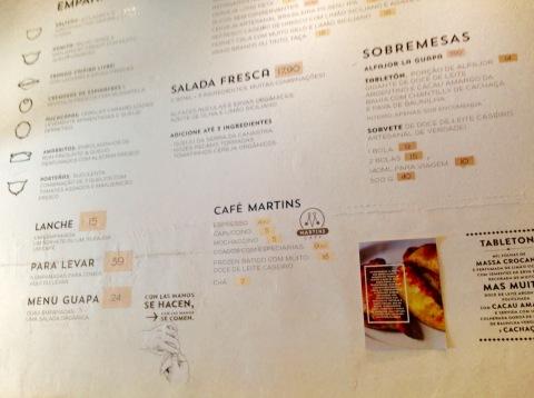 O cardápio gravado na parede do La Guapa, inclui tentadoras sobremesas, como o tabletón.