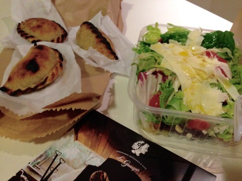 Combo do La Guapa tem duas empanadas e salada farta com fatias de queijo Canastra.