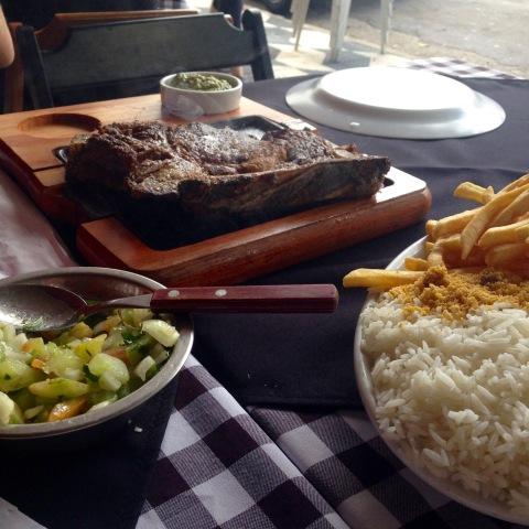 'Chuletão', vinagrete e porção generosa de arroz, fritas e farofa no Esquina Grill do Fuad.