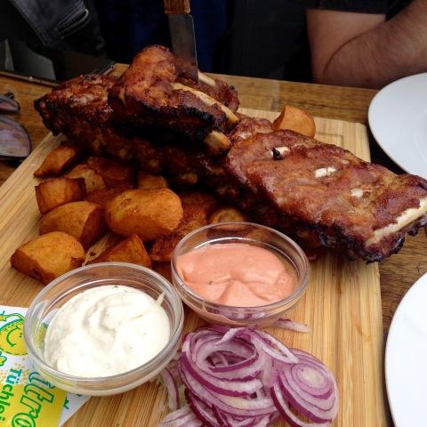 A majestosa costelinha de porco do ... com batatas coradas.