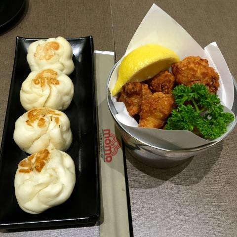 Frango frito (karaague) e pão cozido recheado de frango ou carne (...) são opções de entrada.